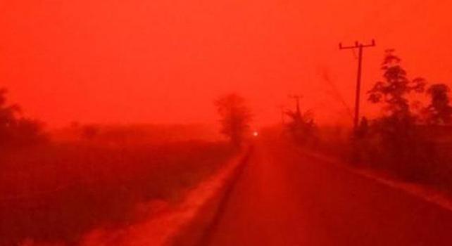 Indonesia, cielo rosso fuoco su molte Città: il motivo