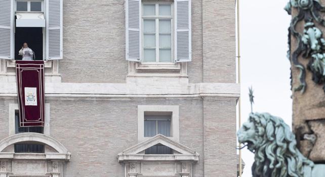 Il Papa all'Angelus: il diavolo ci tenta per illuderci