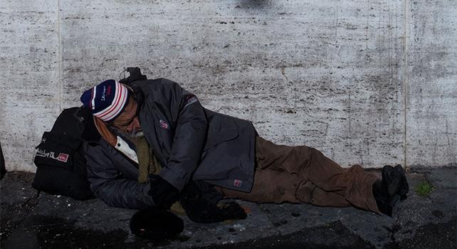 Bimbo di 9 anni dona 50 euro al mendicante, lui li restituisce